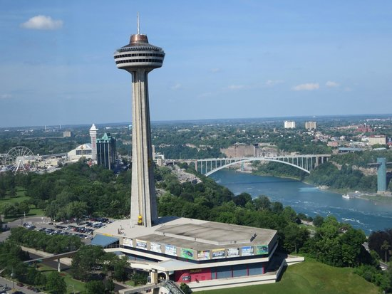 Hilton Niagara Falls/Fallsview Hotel & Suites: View of Skylon Tower from our Hilton room