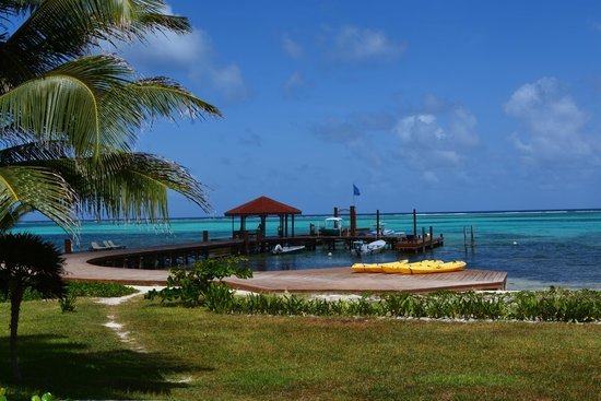 Grand Caribe Belize Resort and Condominiums: view from pool area towards the dck