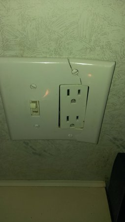Circle M RV & Camping Resort: broken outlet covers