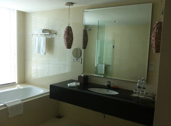 Pullman Kuching : Bathroom