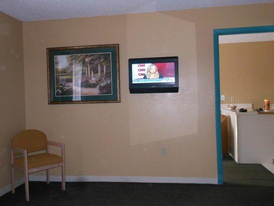 Rodeway Inn & Suites : Bedroom Flat Screen