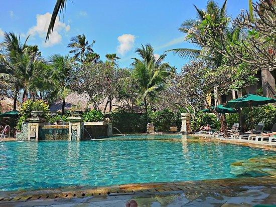 Legian Beach Hotel: Großer Pool