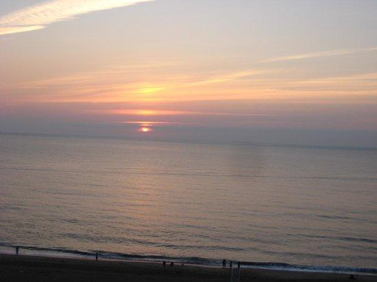 Sheraton Oceanfront Hotel: Great sunrise