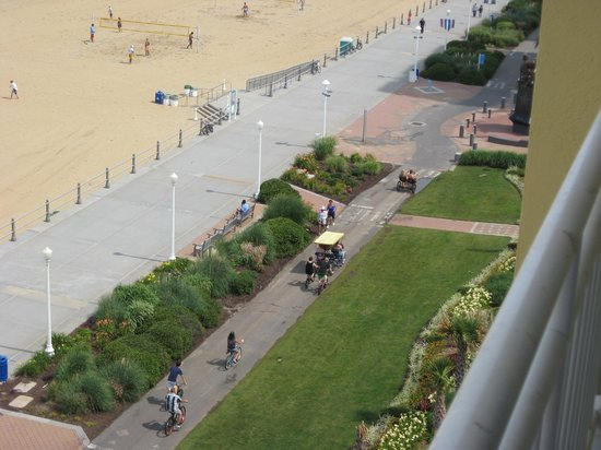 Sheraton Oceanfront Hotel: The Boardwalk and bike path