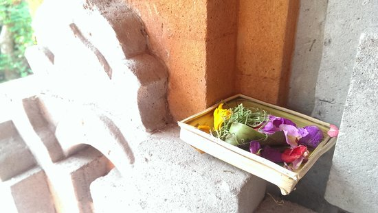 Gusti Kaler House : Offerings for every room to appease the gods.