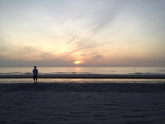 InterContinental Hua Hin Resort : Taking a walk on the long clean beach in the morning.