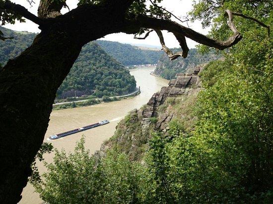 Bonn, Duitsland: Das Rheintal aufgenommen vom Rheinsteig zwischen Kaub und Loreley. Blick Richtung Loreley.