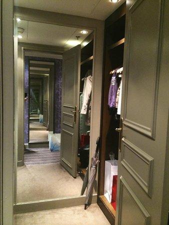 The Westin Paris - Vendome: Junior Suite - walk in closet room 5008