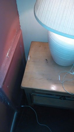 Kachina Lodge Resort and Meeting Center: Burn, dirt stains on bed side table