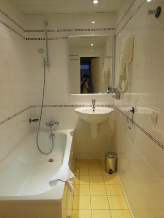 Hôtel Lautrec Opera: トイレ&バスルーム(バスタブにはシャワーガードが無い)