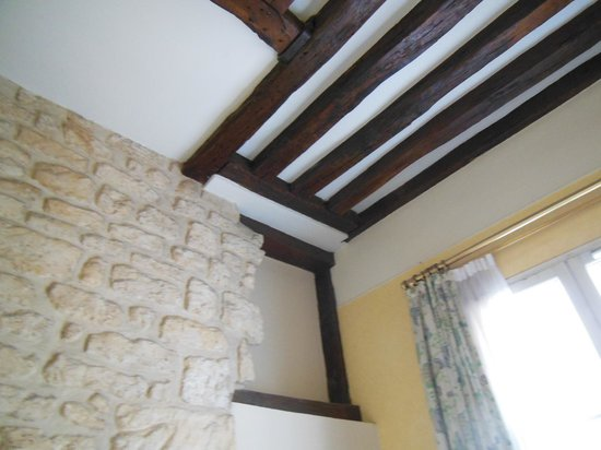 Hotel Lautrec Opera: 通りに面した部屋の壁と天井詳細