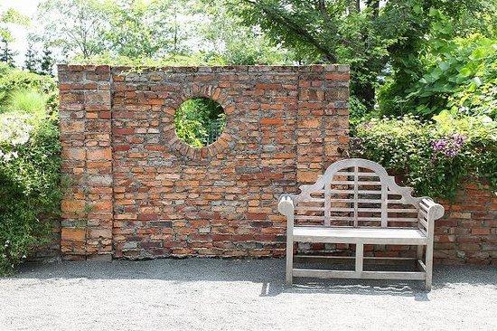 Ueno Farm: 入ってすぐの所にあるベンチ