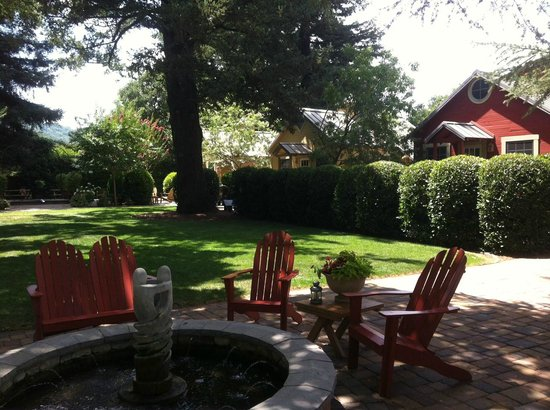 The Cottages of Napa Valley: Inner courtyard with fountain.