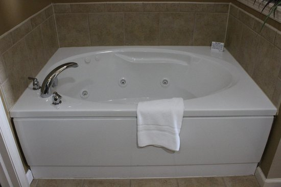 The Suites at Hershey: master bedroom tub