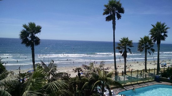 Pacific Terrace Hotel: Day view of pool/beach from room #309
