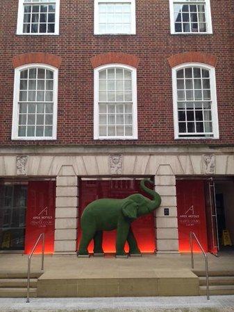 Apex Temple Court Hotel: Entrance off Fleet Street