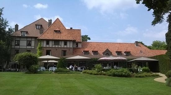 Domaine La Butte aux Bois : l'hostellerie et sa terrasse vue du parc.