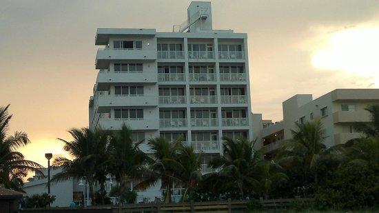 Best Western Atlantic Beach Resort: vista desde la playa al hotel