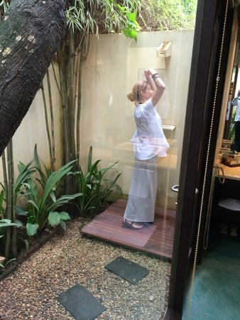Heritage Suites Hotel: The shower in our private garden