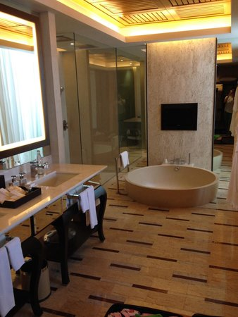 Conrad Koh Samui Resort & Spa: Huge bathroom with sunken tub and shower for two!