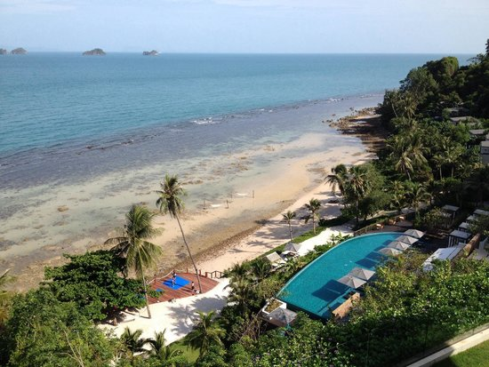 Conrad Koh Samui Resort & Spa: Main pool and beach in the morning.  Thai boxing class in progress
