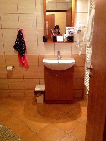 Adeba Hotel: Bagno spazioso e pulitissimo!