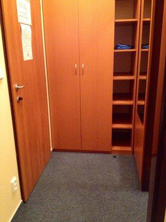 Adeba Hotel: Ingresso camera con armadio spazioso e specchio