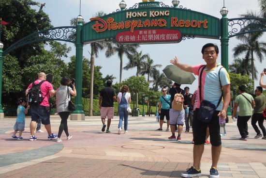Hong Kong Disneyland: the entrance will excite you more