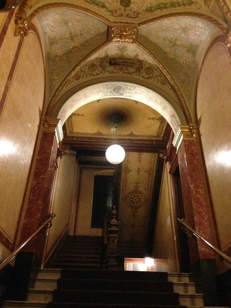 Upper Room Hotel : Подъезд