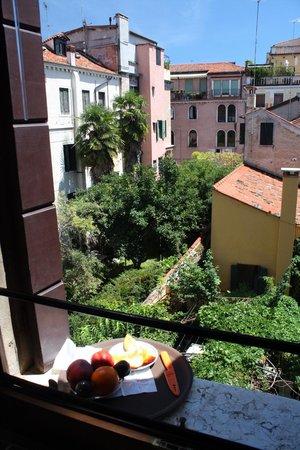 Hotel Agli Alboretti: Вид из номера на третьем этаже