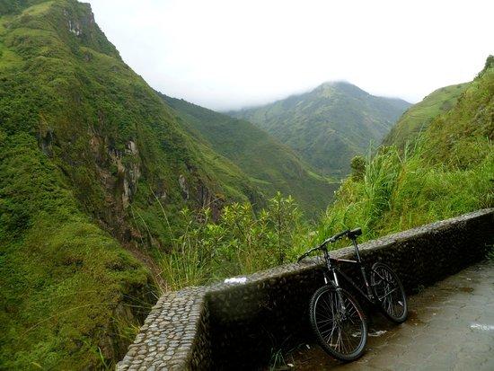 Ruta de las cascadas: Mountain biking downhill in Banos