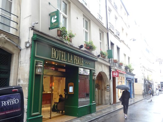 Hotel La Perle: La Perle's front entrance off Rue des Canettes