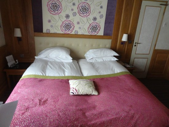 Hotel La Perle: Our nicely appointed bedroom at La Perle