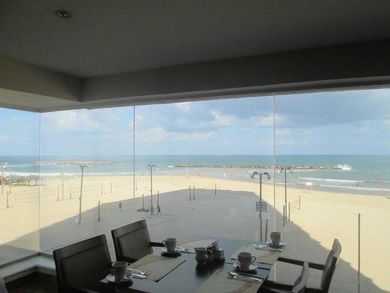 Crowne Plaza Tel Aviv Beach: Breakfast with a view