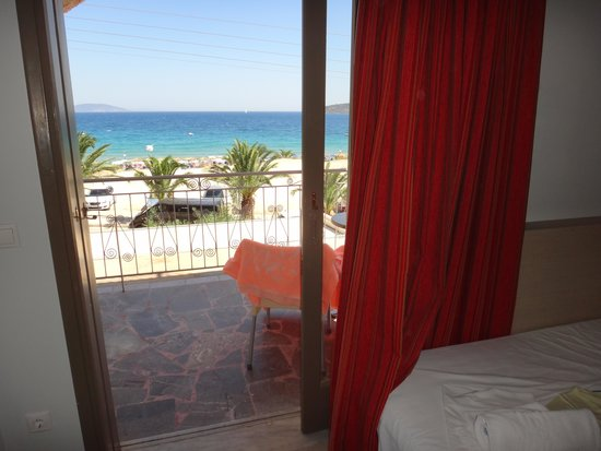 Hotel Golden Beach Tolo: view from inside the room to the beach
