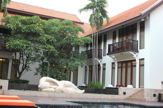 Anantara Angkor Resort: 泳池旁的一影 非常幽靜
