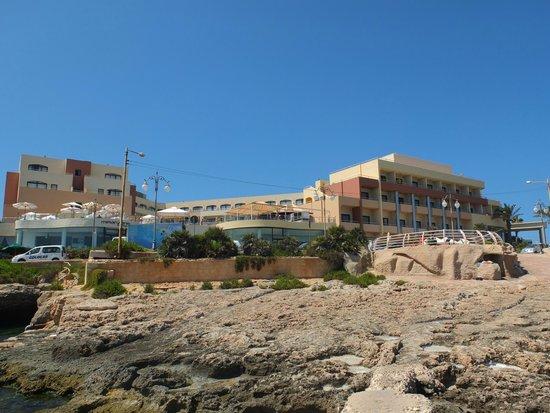 The Riviera Resort & Spa : Avant de l'hotel (vue depuis la côte rocheuse à l'avant)