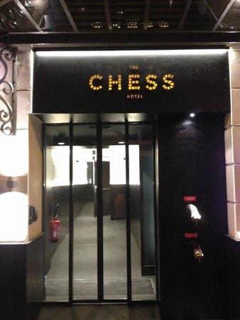The Chess Hotel: L'entrée de l'hôtel