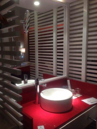 Hotel Porta Fira: Раковина в комнате.