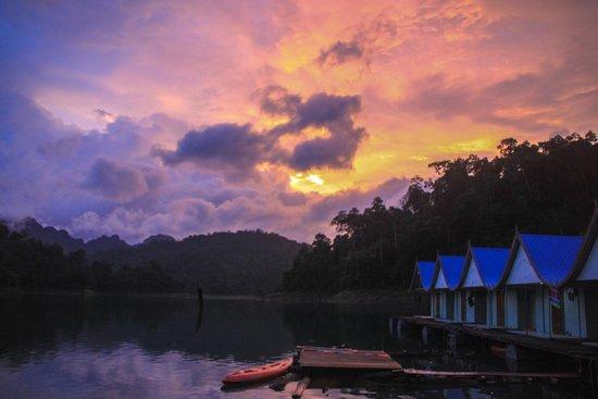 Khao Sok Smiley Bungalow: Sunset!!!