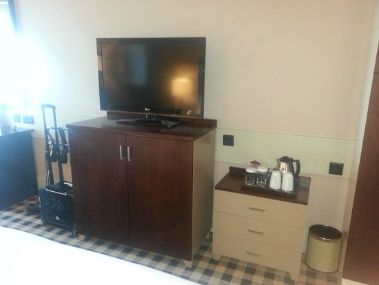 DoubleTree by Hilton Hotel Newcastle International Airport: Fernseher mit Wasserkocher