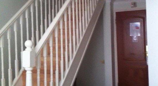 Royal Eagle Hotel: L'entrée d'une chambre en duplex avec l'escalier qui mène aux deux lits à l'étage.