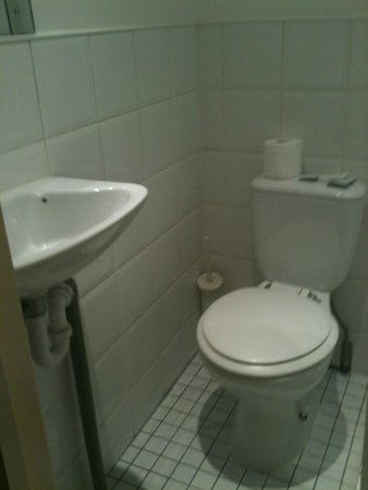 Swinton Hotel: Toilet and sink