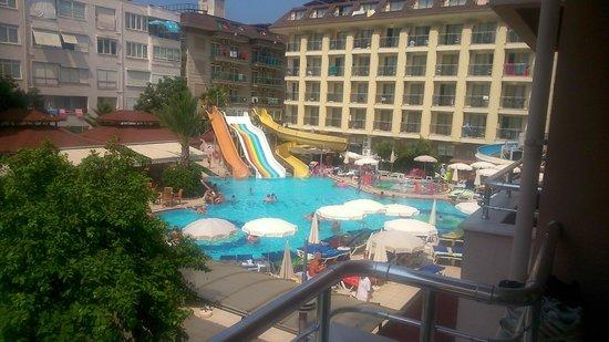 Kahya Hotel: Aussicht auf den Pool vom Nebengebäude