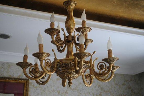 Avicenna Hotel : Decorative light fitting in Reception