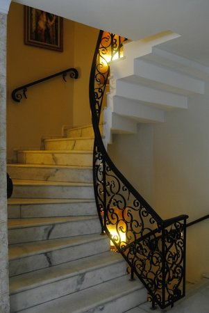 Avicenna Hotel: Staircase to roof terrace