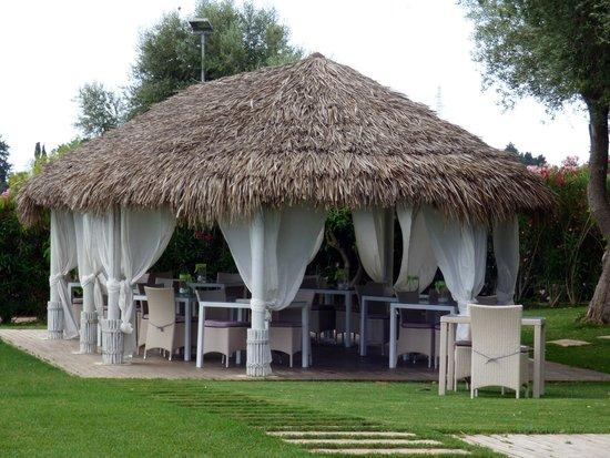 Hotel Borgo Pantano: sala brunch all'aperto bordo piscina