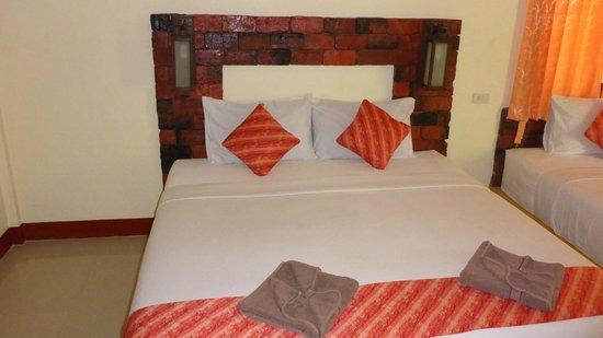 Lanta Pearl Beach Resort: Comfortable bed
