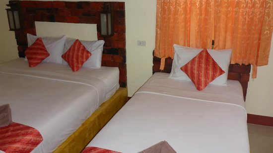 Lanta Pearl Beach Resort: Double and single bed