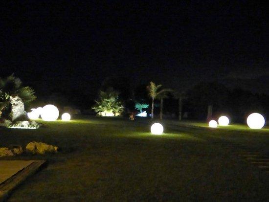 Hotel Borgo Pantano: giardino di sera